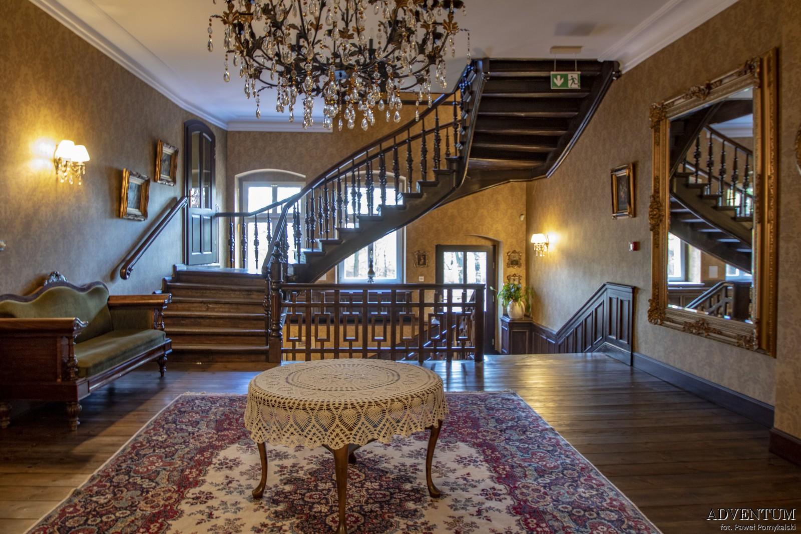 Gruszów pałac dolny śląsk świdnica hotel noclegi wnętrza apartament drewniane schody